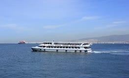 Buque de pasajeros en la bahía de Esmirna Imagenes de archivo