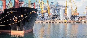 Buque de petróleo amarrado cerca de un silo del aceite en el puerto de Odessa imagen de archivo
