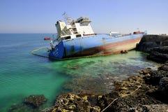 Buque de petróleo arruinado en agua de mar limpia Fotos de archivo
