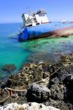 Buque de petróleo arruinado en agua de mar limpia Imagen de archivo
