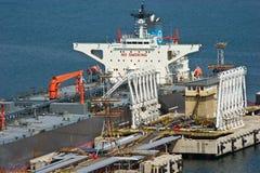 Buque de petróleo del cargamento anclado en Bahía de Nakhodka Mar del este (de Japón) 22 04 2014 Imágenes de archivo libres de regalías