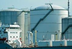 Buque de petróleo delante de la estación del petróleo Imagenes de archivo