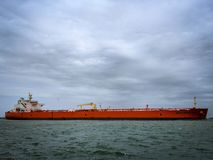 Buque de petróleo dirigido hacia fuera al mar fotos de archivo