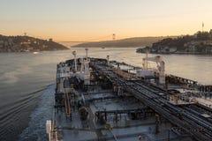 Buque de petróleo grande en curso adentro con el estrecho de Bosphorus Fotos de archivo libres de regalías