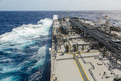 Buque de petróleo gris grande en curso en el mar abierto Foto de archivo
