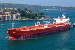 Buque de petróleo que entra en el puerto de Sydney Imagen de archivo libre de regalías