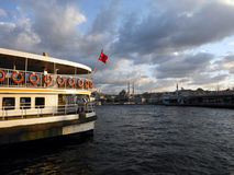 Buque de vapor turco viejo en el cuerno de oro, Estambul Fotografía de archivo