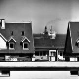 Buque en la ciudad Mirada artística en blanco y negro Fotos de archivo