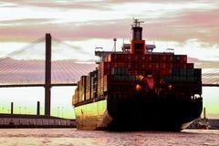 Buque mercante grande que dirige al puerto en Savannah River, los E.E.U.U. Imagen de archivo