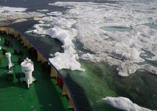 Buque oceanográfico en el mar ártico helado Imagenes de archivo