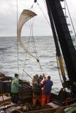 Buque oceanográfico Oceanografía e hidrobiología 2 Bajando la red del plancton (red de Juday) sh Fotografía de archivo