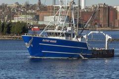 Buque pesquero Kathy Marie que cruza el puerto de New Bedford imagen de archivo libre de regalías