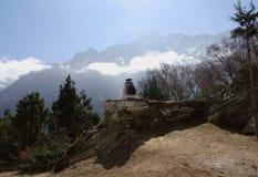 Buque ritual para el humo del enebro en la pared de piedra en montañas Fotos de archivo libres de regalías