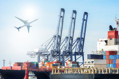 Buque y avión de carga internacionales de carga del envase para el fondo logístico de las importaciones/exportaciones imágenes de archivo libres de regalías
