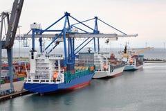 Buques de carga en el puerto de Copenhague, Dinamarca imagen de archivo