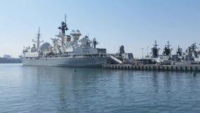 Buques de guerra en el terraplén de la nave del embarcadero
