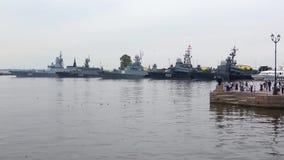 Buques de guerra de la marina de guerra rusa en el puerto de Kronstadt Rusia almacen de video