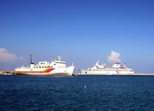 Buques de la travesía y de carga en el mar Mediterráneo Foto de archivo libre de regalías