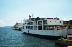 Buques de pasajeros atracados en el embarcadero del puerto marítimo imagenes de archivo