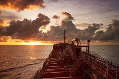Buques de petróleo en el mar abierto durante puesta del sol Imagen de archivo libre de regalías