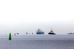 Buques del transporte de mar Báltico en el día nublado Foto de archivo