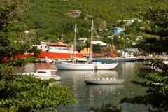 Buques en descanso en el refugio de la bahía del ministerio de marina, Bequia Imágenes de archivo libres de regalías