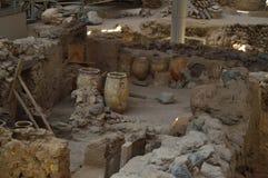 Buques preservados espectacularmente dentro de un sistema de casas en el sitio arqueológico de Acrotiri Arqueología, historia, vi foto de archivo libre de regalías