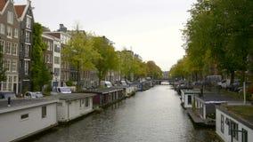 Buques y casas flotantes a lo largo de los canales, Amsterdam, Países Bajos almacen de video