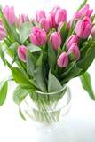 Tulipanes rosados en florero Imagenes de archivo