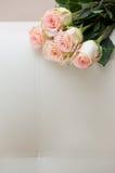 Buquet van theerozen op een witte bank royalty-vrije stock afbeeldingen