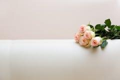 Buquet van theerozen op een witte bank royalty-vrije stock fotografie