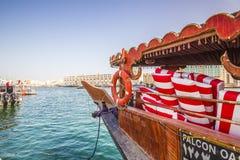 Bur Dubai Creek med det arabiska fartyget Royaltyfri Fotografi