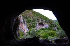 Buracas gör naturligt för Casmilo grottor som bildas i kullarna i naturen på Condeixa, Portugal arkivfoton