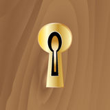 Buraco da fechadura com uma chave em uma porta de madeira Foto de Stock