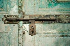 Buraco da fechadura oxidado na porta de madeira verde Imagens de Stock Royalty Free