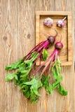 Burak z wierzchołki warzywo na drewnianej tacy Zdjęcie Royalty Free