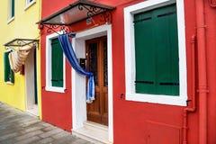 """Burano,意大利†""""2015年12月22日:色的房子风景看法在著名Burano海岛 意大利 免版税图库摄影"""