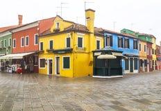 """Burano,意大利†""""2015年12月22日:正方形风景看法与色的房子的在Burano海岛 库存照片"""