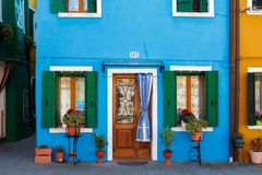Burano, Venezia,意大利 五颜六色的房子的窗口和门的细节在Burano海岛 库存图片