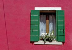 burano五颜六色的威尼斯墙壁视窗 免版税库存图片