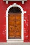 burano五颜六色的门海岛意大利威尼斯 免版税图库摄影