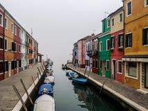 Burano有小船和五颜六色的大厦的海岛运河 库存图片