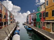 Burano有小船和五颜六色的大厦的海岛运河 免版税库存照片