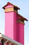 Burano海岛房子紫红色的烟囱在意大利 免版税图库摄影