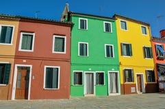 Burano胡同的五颜六色的露台的房子概要  免版税库存图片