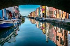 Burano,威尼斯盐水湖,意大利典型的明亮地色的房子  免版税库存图片