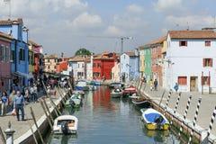 Burano,威尼斯,意大利:运河和五颜六色的房子的看法位于威尼斯式盐水湖的特点这个海岛 库存图片