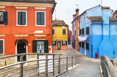 """Burano,意大利†""""2015年12月22日:欢迎光临著名Burano海岛!威尼斯式盐水湖 意大利 图库摄影"""
