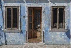 BURANO,意大利- 2009年4月18日:有五颜六色的大厦的街道在Burano海岛,一个客气的小的镇充分运河,在Venic附近 免版税图库摄影