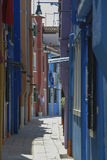 BURANO,意大利- 2009年4月18日:有五颜六色的大厦的街道在Burano海岛,一个客气的小的镇充分运河,在Venic附近 库存照片